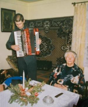Tadzio gra kolędy  dla babci - 2004 rok
