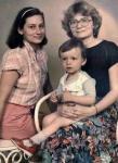 Kubuś u cioci na kolanach, obok siedzi mama